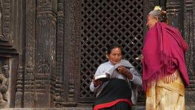 BHAKTAPUR, KATMANDU, NEPAL - 18 de octubre de 2018 gente de Newar que visita el templo hindú para adorar en ropa tradicional almacen de metraje de vídeo