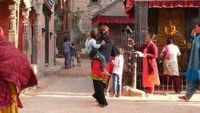 BHAKTAPUR, KATMANDU, NEPAL - 18 de octubre de 2018 gente de Newar que visita el templo hindú para adorar en ropa tradicional almacen de video