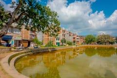 BHAKTAPUR, NÉPAL - 4 NOVEMBRE 2017 : Fermez-vous de la scène urbaine traditionnelle brouillée avec un étang artificiel de jaune Photos libres de droits