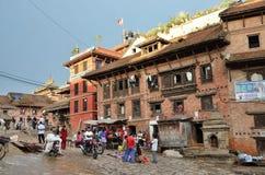Bhaktapur, Népal, octobre, 26, 2012, scène de Nepali : Les gens marchant au centre historique Dans peut Bhaktapur 2015 partiellem Images libres de droits