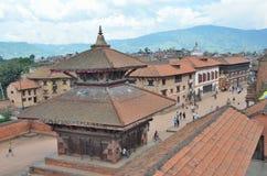 Bhaktapur, Népal, septembre, 28, 2012, scène de Nepali : Touristes marchant sur la place antique de Durbar Dans peuvent 2015 part Photo stock