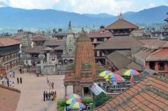 Bhaktapur, Népal, Sepyember, 28, 2012, scène de Nepali : Touristes marchant sur la place antique de Durbar Dans peuvent 2015 part Photo libre de droits