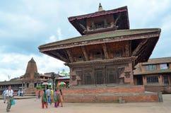 Bhaktapur, Népal, Sepyember, 28, 2012, scène de Nepali : Touristes marchant sur la place antique de Durbar Dans peuvent 2015 part Images libres de droits