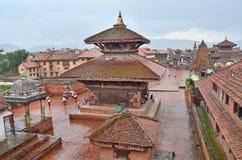Bhaktapur, Népal, Sepyember, 28, 2012, scène de Nepali : Touristes marchant sur la place antique de Durbar Dans peuvent 2015 part Photographie stock