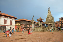 Bhaktapur, Népal, Sepyember, 28, 2012, scène de Nepali : Touristes marchant sur la place antique de Durbar Dans peuvent 2015 part Photos libres de droits