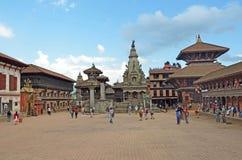 Bhaktapur, Népal, Sepyember, 28, 2012, scène de Nepali : Touristes marchant sur la place antique de Durbar Dans peuvent 2015 part Photo stock