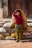 BHAKTAPUR, NEPAL - APRIL 19, 2013: Kinderarbeid in Azië Slecht D Royalty-vrije Stock Afbeeldingen