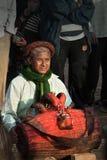BHAKTAPUR, NEPAL - 19. APRIL 2013: Unbekannte Nepalimusikerspiele Stockfoto