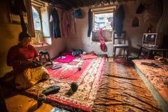 BHAKTAPUR, NEPAL - armen in zijn huis stock fotografie