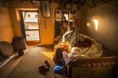 BHAKTAPUR, NEPAL - armen in zijn huis royalty-vrije stock fotografie
