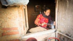 BHAKTAPUR, NEPAL - armen in zijn huis royalty-vrije stock foto's