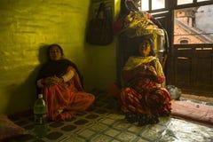 BHAKTAPUR, NEPAL - armen in zijn huis stock afbeeldingen