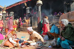 BHAKTAPUR, NEPAL - 31 DE DEZEMBRO DE 2014: Cerimônia de Hinduist no templo de Dattatreya em Bakhtapur, Nepal Imagem de Stock Royalty Free