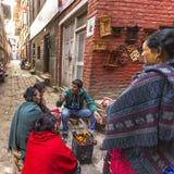 BHAKTAPUR, NEPAL - de plaatselijke bevolking zit in de straat stock fotografie