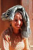 BHAKTAPUR, NEPAL - DECEMBER 29, 2014: Portret van een mooie Nepalese jonge vrouw in Bhaktapur, Nepal Stock Afbeeldingen