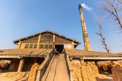 BHAKTAPUR, NEPAL - fábrica local no local do tijolo Imagem de Stock