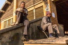 BHAKTAPUR, NEPAL - la gente local trabaja en la fábrica del ladrillo Imagen de archivo libre de regalías