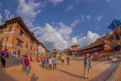 BHAKTAPUR NEPAL, LISTOPAD, - 04, 2017: Niezidentyfikowani ludzie chodzi w placu otaczaniu świątynie stary i Zdjęcie Royalty Free