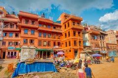 BHAKTAPUR NEPAL, LISTOPAD, - 04, 2017: Niezidentyfikowany rodzinny odprowadzenie w placu otaczaniu stary budynek blisko do Fotografia Royalty Free