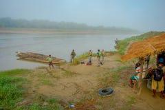 BHAKTAPUR NEPAL, LISTOPAD, - 04, 2017: Niezidentyfikowany turystyczny przygotowywający dla wycieczki w łodzi w rzece w Chitwan ob Zdjęcia Stock