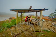 BHAKTAPUR NEPAL, LISTOPAD, - 04, 2017: Niezidentyfikowany wojskowy pod drewnianą budą wewnątrz outdoors blisko do rzecznego Chitw Fotografia Stock