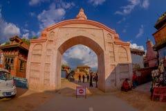 BHAKTAPUR NEPAL, LISTOPAD, - 04, 2017: Ogromna brama przy wchodzić do drugorzędna szkoła średnia z drylującymi zwierzętami przy w Zdjęcia Royalty Free