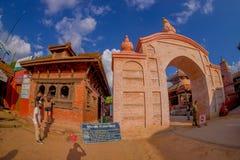 BHAKTAPUR NEPAL, LISTOPAD, - 04, 2017: Ogromna brama przy wchodzić do drugorzędna szkoła średnia z drylującymi zwierzętami przy w Zdjęcie Royalty Free