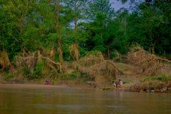 BHAKTAPUR NEPAL, LISTOPAD, - 04, 2017: Piękny widok niektóre ludzie w brzeg Rapti rzeka Chitwan obywatel Obraz Royalty Free