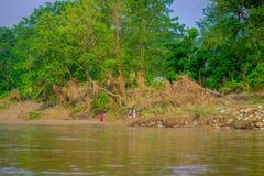 BHAKTAPUR NEPAL, LISTOPAD, - 04, 2017: Piękny widok niektóre ludzie w brzeg Rapti rzeka Chitwan obywatel Fotografia Stock