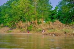 BHAKTAPUR NEPAL, LISTOPAD, - 04, 2017: Piękny widok niektóre ludzie w brzeg Rapti rzeka Chitwan obywatel Obrazy Stock
