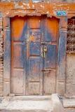 BHAKTAPUR NEPAL, LISTOPAD, - 04, 2017: Stary drewniany drzwi przy Bhaktapur Zdjęcie Stock