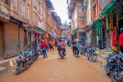 BHAKTAPUR NEPAL, LISTOPAD, - 04, 2017: Właściciele wśrodku ich sklepów w placu otaczaniu stary budynek blisko do Zdjęcia Stock
