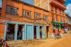 BHAKTAPUR NEPAL, LISTOPAD, - 04, 2017: Właściciele wśrodku ich sklepów w placu otaczaniu stary budynek blisko do Obrazy Stock