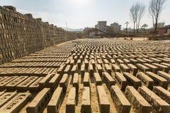 BHAKTAPUR, NEPAL - lokale Ziegelstein-Fabrik vor Ort lizenzfreie stockfotos