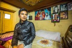 BHAKTAPUR, NEPAL - Niet geïdentificeerde armen in zijn huis stock afbeelding