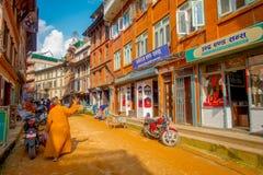 BHAKTAPUR NEPAL - NOVEMBER 04, 2017: Ägare inom av deras shoppar i omge för plaza av gammalt byggande nästan Arkivbild
