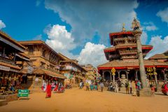 BHAKTAPUR NEPAL - NOVEMBER 04, 2017: Det oidentifierade folket som går i forntida hinduisk tempel i Durbaren, kvadrerar in Royaltyfri Foto