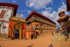BHAKTAPUR NEPAL - NOVEMBER 04, 2017: Härlig guld- dörr av en tempel som in lokaliseras i mitten av den Durbar fyrkanten Fotografering för Bildbyråer