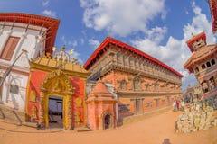 BHAKTAPUR NEPAL - NOVEMBER 04, 2017: Härlig guld- dörr av en tempel som in lokaliseras i mitten av den Durbar fyrkanten Arkivfoto