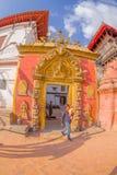 BHAKTAPUR NEPAL - NOVEMBER 04, 2017: Härlig guld- dörr av en tempel som in lokaliseras i mitten av den Durbar fyrkanten Royaltyfri Fotografi