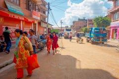 BHAKTAPUR NEPAL - NOVEMBER 04, 2017: Oidentifierat folk som går i omge för plaza av den gamla och lantliga staden Royaltyfri Bild