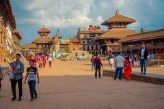 BHAKTAPUR NEPAL - NOVEMBER 04, 2017: Oidentifierat folk som går och tycker om de olika och culltural buldingsna, in Arkivbild