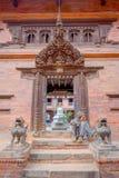 BHAKTAPUR NEPAL - NOVEMBER 04, 2017: Oidentifierat mansammanträde i skriva in av den forntida hinduiska templet i den Durbar fyrk Arkivbilder