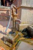 BHAKTAPUR NEPAL - NOVEMBER 04, 2017: Stäng sig upp av en metallisk vattenkran på det fria i Bhaktapur, denna är staden med mer Arkivfoton