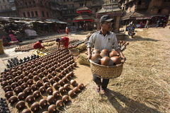 BHAKTAPUR, NEPAL - NOVEMBER 20 :Unidentified man carrying pots o Royalty Free Stock Photography