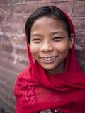 BHAKTAPUR, NEPAL-OCT 14, 2012: het niet geïdentificeerde meisje is greeti Royalty-vrije Stock Foto's