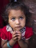 BHAKTAPUR NEPAL-OCT 14, 2012: lilla flickan frågar för t Royaltyfri Bild