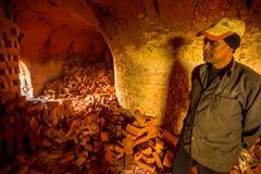 BHAKTAPUR, NEPAL - os povos locais trabalham na fábrica do tijolo Imagens de Stock