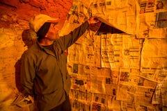 BHAKTAPUR, NEPAL - os povos locais trabalham na fábrica do tijolo Fotografia de Stock
