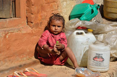 Bhaktapur, Nepal, Październik, 26, 2012, Nepalska scena: Nepalska dziewczyna bawić się na ulicie Zdjęcia Royalty Free